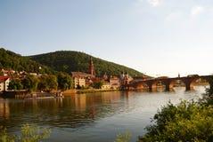 Puente y Neckar viejos de Heidelberger en el verano Foto de archivo libre de regalías