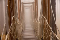 Puente y niebla de cuerda fotografía de archivo