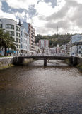 Puente y palmera en Luarca Imágenes de archivo libres de regalías