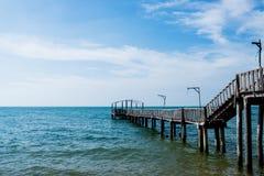Puente y pavillion en el mar Foto de archivo libre de regalías