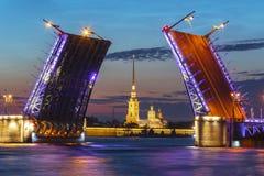 Puente y Peter y Paul Fortress exhaustos en la noche blanca, St Petersburg, Rusia del palacio imagen de archivo libre de regalías