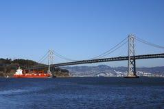 Puente y petrolero de la bahía Fotos de archivo libres de regalías