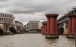 Puente y pilares de Blackfriars del banco del sur del Támesis, Londres Fotografía de archivo