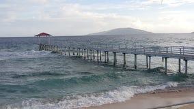 Puente y playa Imágenes de archivo libres de regalías