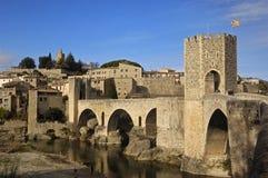 Puente y pueblo medievales de Besalú en el La Garrotxa, Girona, S fotos de archivo