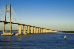 Puente y río fotos de archivo