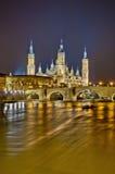 Puente y río de Ebro de piedra en Zaragoza, España Fotografía de archivo