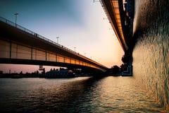 Puente y río de la curva Imagenes de archivo