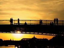 Puente y río en la puesta del sol Fotos de archivo