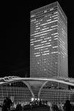 Puente y rascacielos - paisaje urbano en la noche Foto de archivo libre de regalías