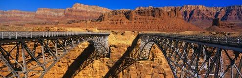 Puente y rocas rojas, AZ de Navajo Foto de archivo libre de regalías