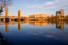 Puente y Sacramento de la torre en la puesta del sol Imagen de archivo