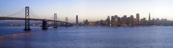 Puente y San Francisco céntricos, puesta del sol de la bahía Imágenes de archivo libres de regalías