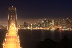 Puente y San Francisco de la bahía en la noche Imagenes de archivo