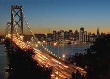 Puente y San Francisco de la bahía en la noche Imágenes de archivo libres de regalías