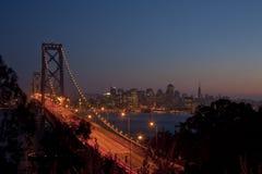 Puente y San Francisco de la bahía en la puesta del sol Fotos de archivo libres de regalías