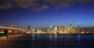 Puente y San Francisco de la bahía céntricos en la Navidad Foto de archivo