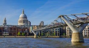 Puente y santo Pauls Cathedral, Londres del milenio Foto de archivo libre de regalías