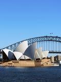 Puente y teatro de la ópera del puerto Fotos de archivo libres de regalías