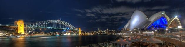 Puente y teatro de la ópera del puerto de Sydney de Night Fotos de archivo libres de regalías