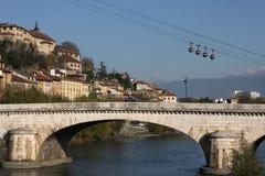 Puente y teleférico en Grenoble Imagen de archivo