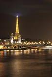 Puente y torre Eiffel de Alexander III Imagenes de archivo
