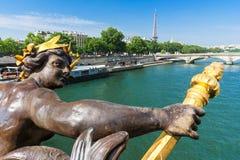 Puente y torre Eiffel de Pont Alejandro III en el fondo PA Imagen de archivo libre de regalías
