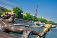 Puente y torre Eiffel, París Francia de Pont Alejandro III Fotografía de archivo