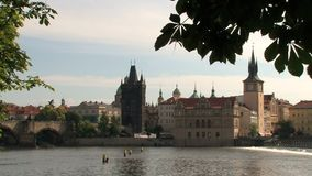 Puente y torre vieja del puente de la ciudad, Praga de ChaRTes almacen de video