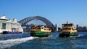 Puente y transbordadores del puerto de Sydney Fotos de archivo