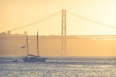 Puentee el 25 de abril en Lisboa, Portugal en la puesta del sol Fotografía de archivo