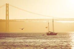 Puentee el 25 de abril en Lisboa, Portugal en la puesta del sol Fotografía de archivo libre de regalías
