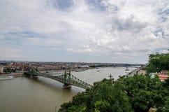 Puentes de Budapest Panorama de la ciudad con los puentes y el río Danubio Fotografía de archivo libre de regalías
