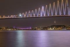 Puentes de Estambul Bósforo en la noche Imágenes de archivo libres de regalías