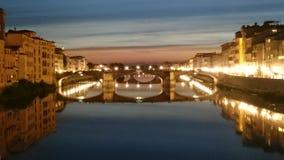 Puentes de Florencia, Italia - escena de la noche fotografía de archivo