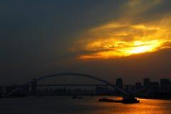 Puentes de la ciudad de Shangai - estructura del puente del arco de la tarde Fotos de archivo
