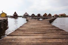 Puentes de madera en el lago Bokod Pesca de las cabañas de madera, Hungría imagenes de archivo
