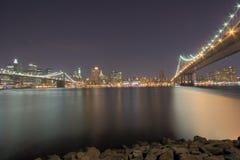 Puentes de NYC en la noche Fotos de archivo