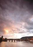 Puentes de Praga en la puesta del sol foto de archivo libre de regalías