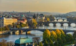 Puentes de Praga sobre el río de Moldava fotos de archivo libres de regalías