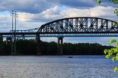 Puentes del ferrocarril y del coche sobre Hudson River en el parque de estado de Schodack Foto de archivo libre de regalías