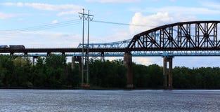 Puentes del ferrocarril y del coche sobre Hudson River en el parque de estado de Schodack Tren de carga que pasa a través Fotos de archivo