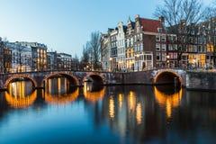 Puentes en intersectio de los canales de Leidsegracht y de Keizersgracht Fotos de archivo libres de regalías