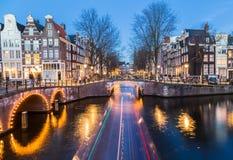 Puentes en intersectio de los canales de Leidsegracht y de Keizersgracht Imagen de archivo libre de regalías