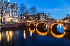 Puentes en intersectio de los canales de Leidsegracht y de Keizersgracht Imagenes de archivo