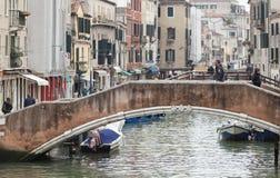 Puentes en la vecindad animada de Cannareggio fotos de archivo libres de regalías