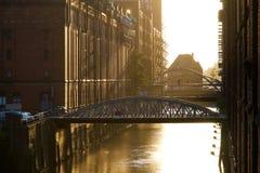 Puentes entre las casas fotografía de archivo