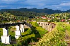 Puentes ferroviarios viejos y nuevos, viaducto viejo Vorohta, Ucrania Montañas cárpatas, paisaje salvaje Ucrania de la montaña Imagen de archivo libre de regalías