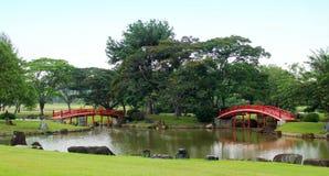 Puentes japoneses rojos en jardín Imágenes de archivo libres de regalías