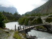 Puentes sobre Marsyangdi entre Dhikur Pokhari y Pisang, Nepal Foto de archivo libre de regalías